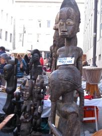 Estatuas africanas. Mercatino, Trieste. Lourdes, 2011.