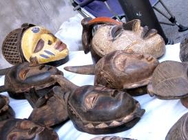 Máscaras africanas. Mercatino, Trieste. Lourdes, 2011.