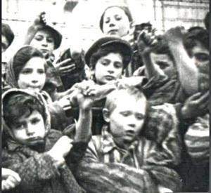 Niños de Auschwitz mostrando sus números tatuados.