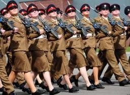 soldados:as en marcha