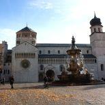 Hojas en la Piazza Duomo