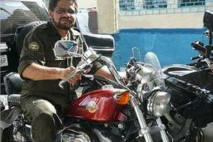 Iván Márquez de las Farc probando una cochina Harley Davison. Los análisis de la foto indican que el escenario es Fuerte Tiuna...