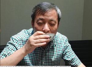 Li Yiqian y la taza millonaria